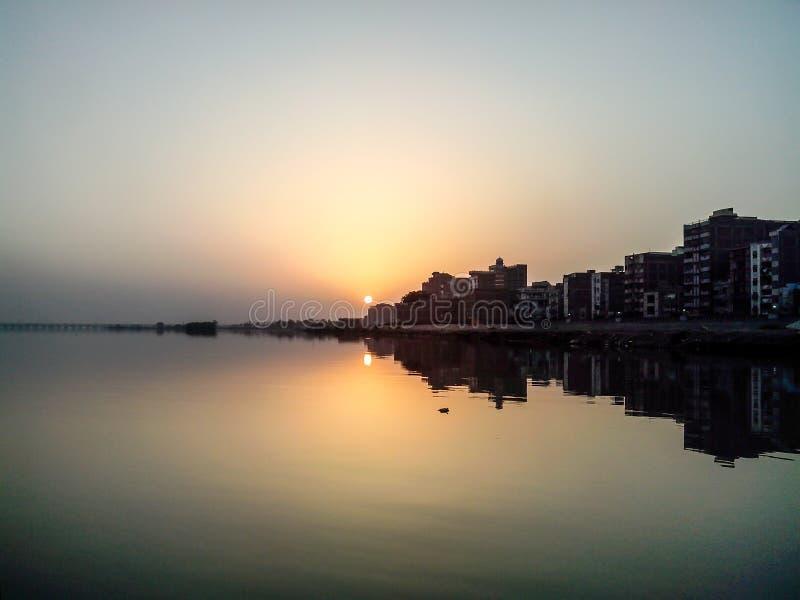 Комплект Солнця реки Инда стоковые фото