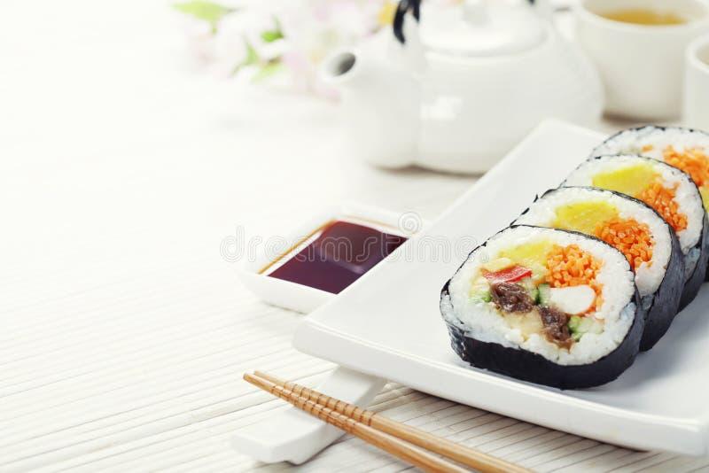 Комплект суш, зеленый чай и Сакура разветвляют стоковое изображение rf