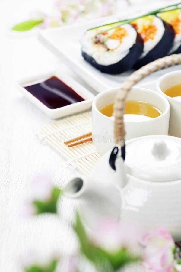Комплект суш, зеленый чай и Сакура разветвляют стоковые фотографии rf