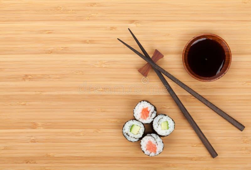 Комплект суш, палочки и соевый соус стоковая фотография rf