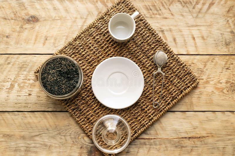 Комплект чая на деревянном взгляд сверху предпосылки стоковое изображение rf