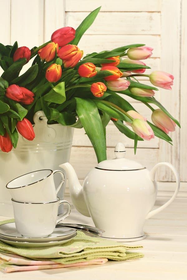 Комплект чая с цветками для пасхи стоковые изображения