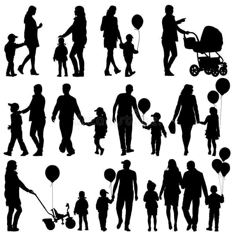 Комплект черноты силуэтов родителей и детей на белом backgr бесплатная иллюстрация