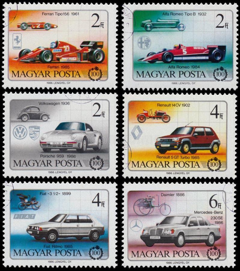 Комплект штемпелей напечатанных в Венгрии показывает автомобили стоковые изображения