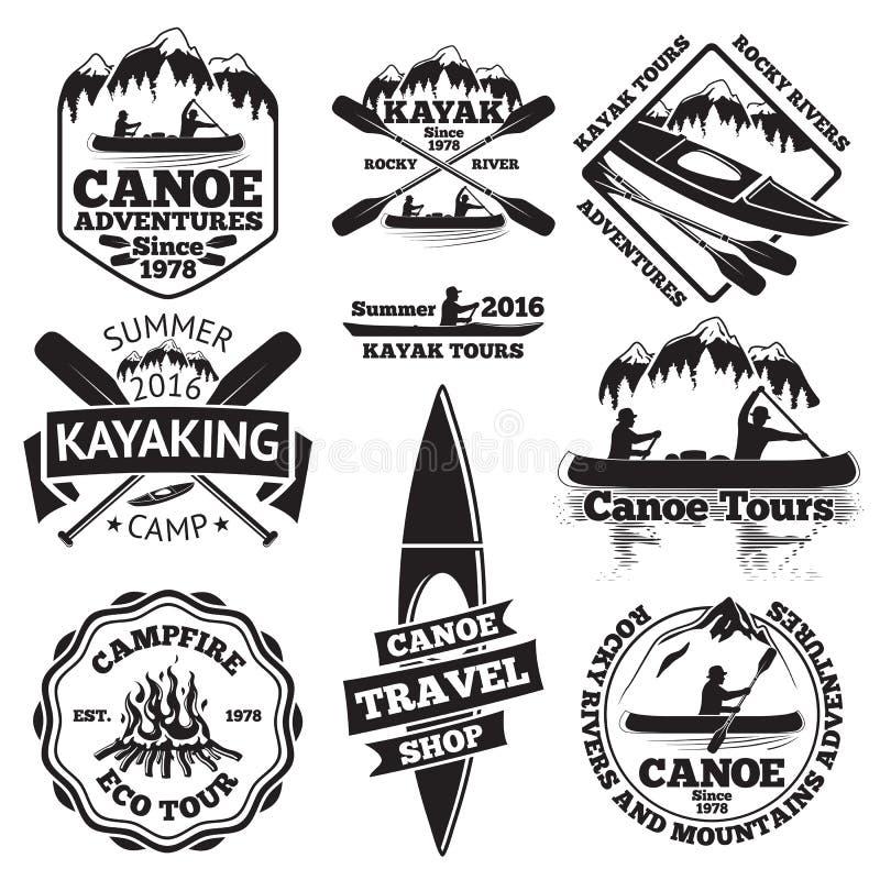Комплект ярлыков каное и каяка 2 человек в шлюпке, весла шлюпок, горы, лагерный костер, лес, путешествия, сплавляться, путешеству иллюстрация вектора