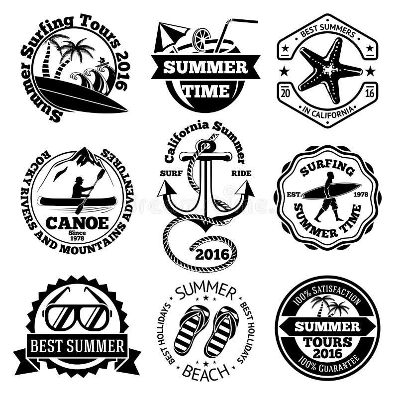 Комплект ярлыков перемещения лета с серфингом, каное, анкером, солнечными очками, ладонями etc вектор иллюстрация штока