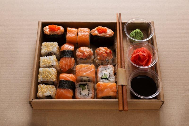 Комплект maki суш и крупного плана кренов в коробке поставки коробки стоковое изображение