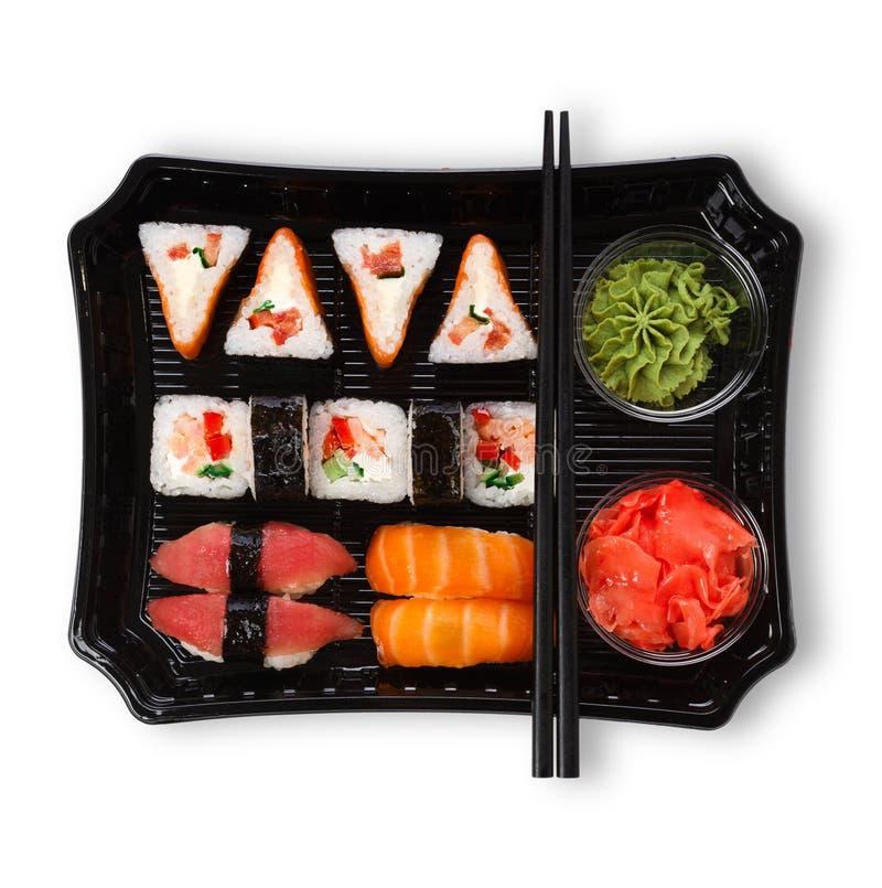 Комплект maki суш и крупный план кренов в поставке кладут в коробку изолированный на белизне стоковая фотография rf