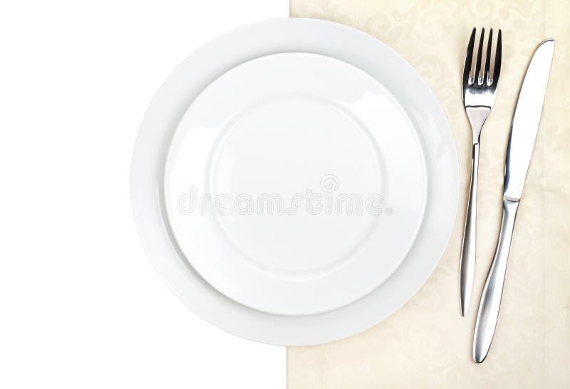 Комплект Silverware или flatware вилки, ножа и плиты на полотенце стоковые фото