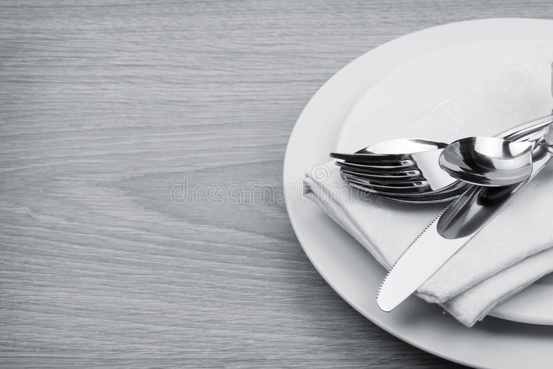Комплект Silverware или flatware вилки, ложек и ножа на плите стоковое фото
