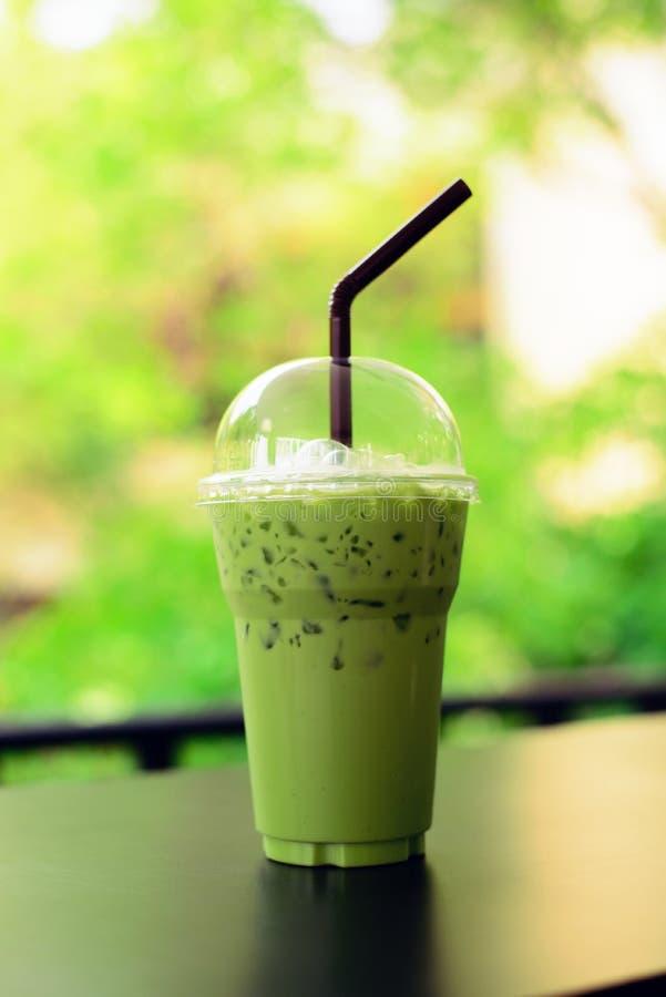 Ком latte зеленого чая Matcha на предпосылке деревянного стола стоковые фотографии rf