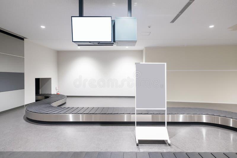 Конвейерная лента багажа в авиапорте стоковые изображения