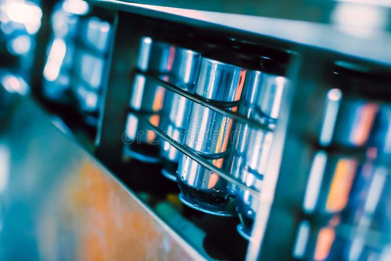 Конвейерный пояс с жестяными пивными барами Технология автоматизированного производства пива стоковое изображение