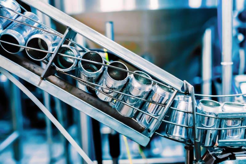 Конвейерный пояс с жестяными пивными барами Технология автоматизированного производства пива стоковые фото