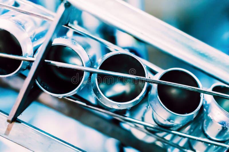 Конвейерный пояс с жестяными пивными барами Технология автоматизированного производства пива стоковые изображения