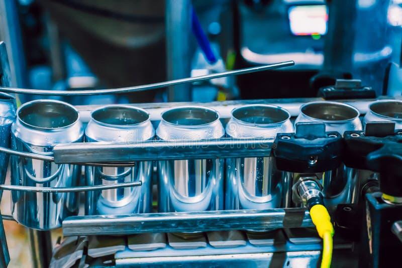 Конвейерный пояс с жестяными пивными барами Технология автоматизированного производства пива стоковая фотография rf