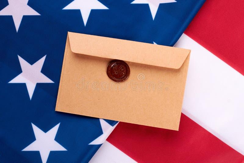 Конверт Брайна с штемпелем на американском флаге стоковые изображения