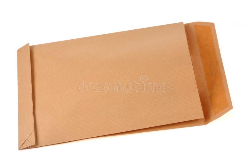 Конверт бумаги Kraft на белой предпосылке стоковые изображения rf