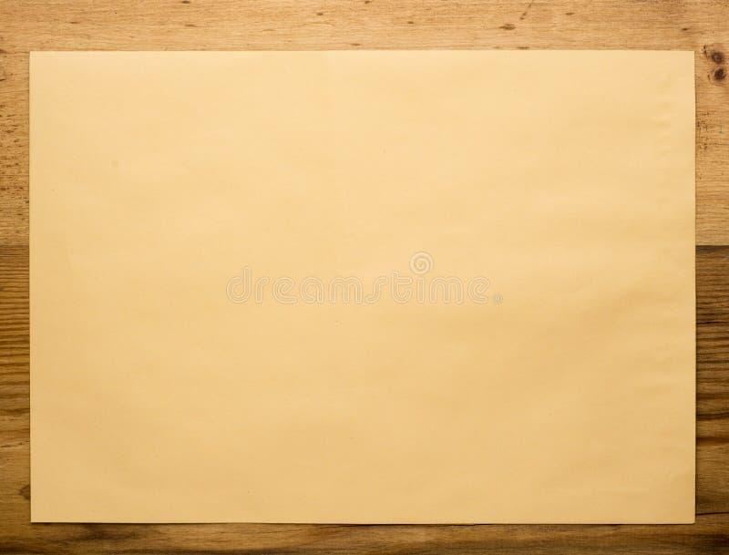 Конверт на деревянном конце-вверх стоковые фотографии rf