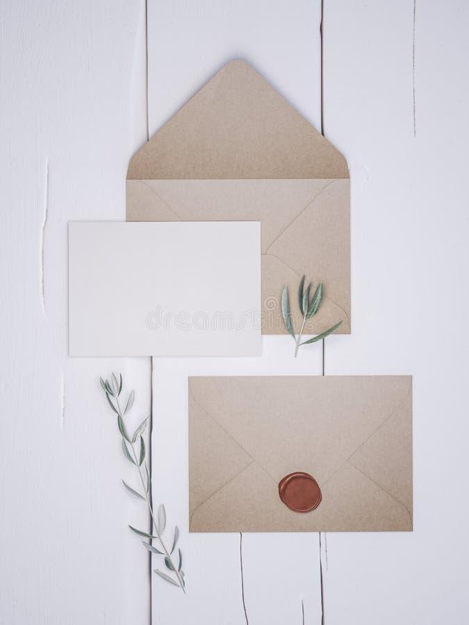 Конверт с элегантным приглашением свадьбы Модель-макет карты места стоковое фото rf