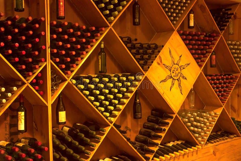 конгяк погреба фланкирует дуб там wine стоковые изображения rf