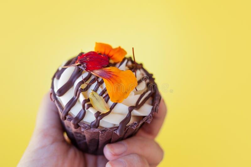 Кондитер держа свежее пирожное со сливк Сделать десерты Красивая и очень вкусная булочка стоковое изображение rf