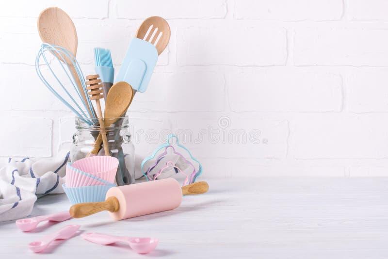 Кондитер, пищевые ингредиенты и аксессуары рабочего места для делать десерты, предпосылку для текста стоковое фото rf