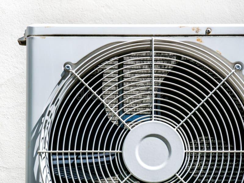 Кондиционер меньшая ржавчины вентилятора катушки компрессора солнца света дверь вне стоковое изображение