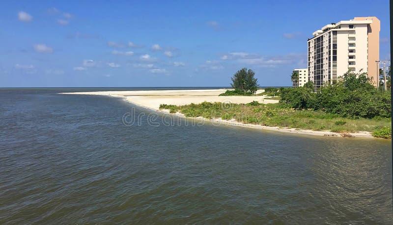Кондо портового района в конце пляжа Fort Myers стоковые изображения rf