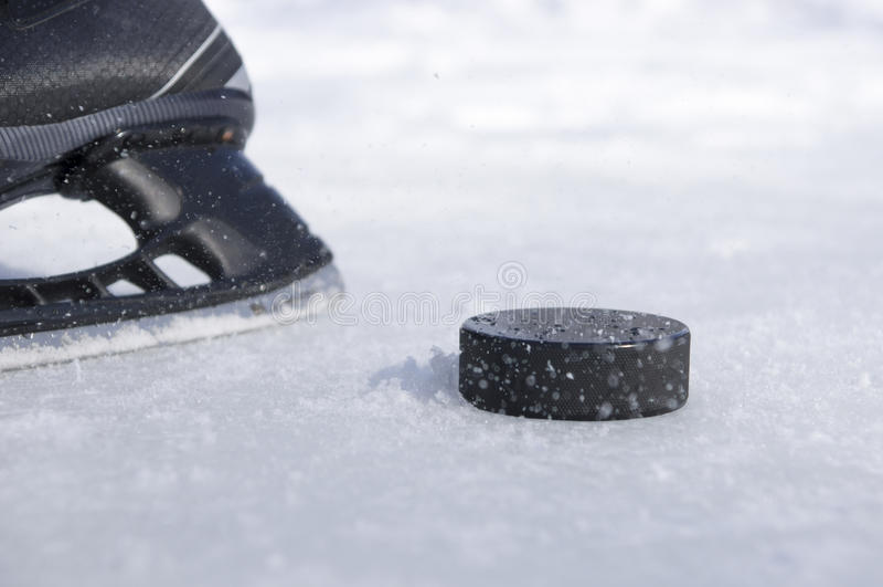 Конек и шайба хоккея стоковое фото rf