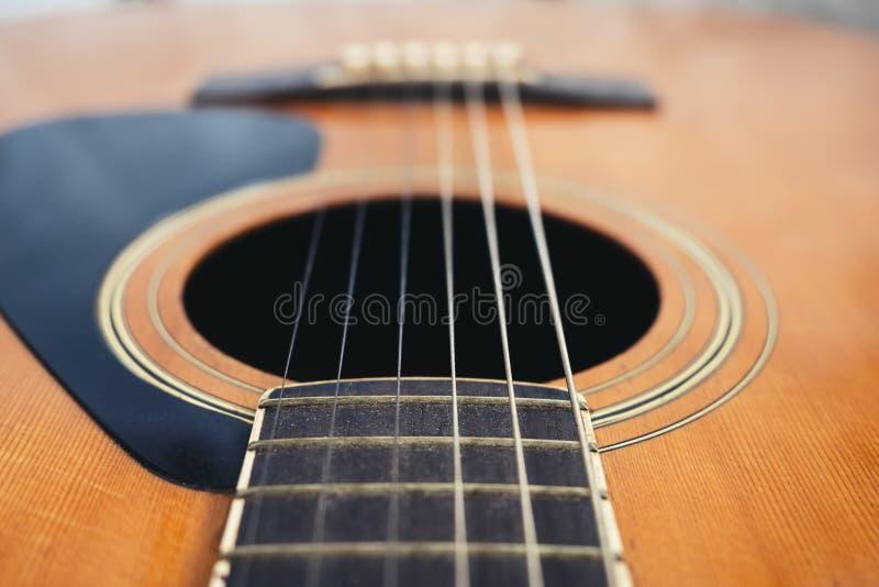 Конец аппаратуры музыки строки гитары акустический вверх стоковое изображение