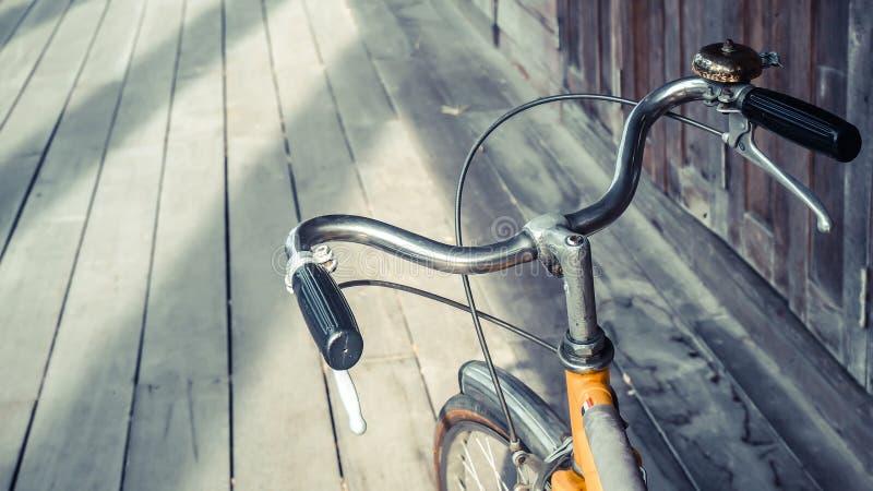 Конец бара ручки велосипеда вверх на деревянной предпосылке пола стоковые изображения