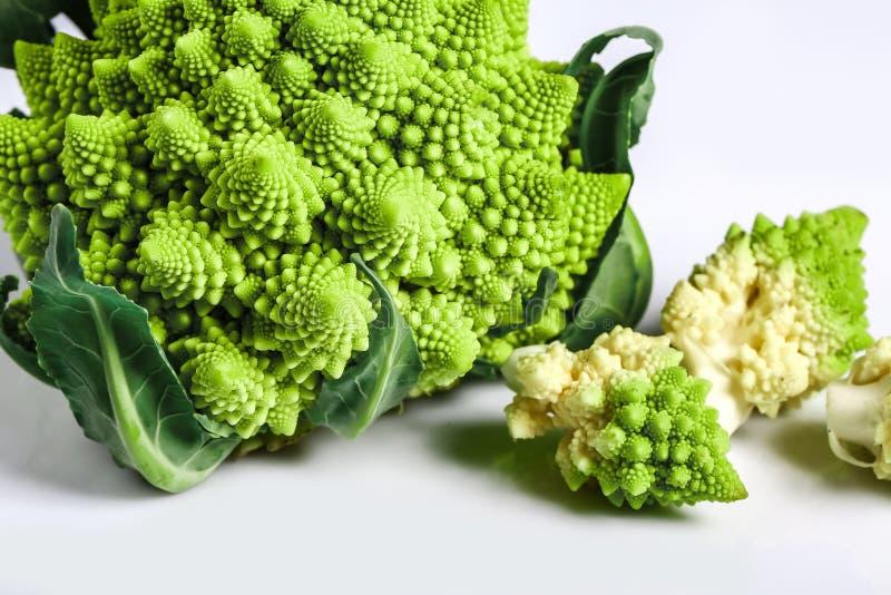 Конец брокколи Romanesco вверх Овощ фрактали известен за оно соединение с последовательностью Фибоначчи и золотым коэффициентом стоковое изображение rf