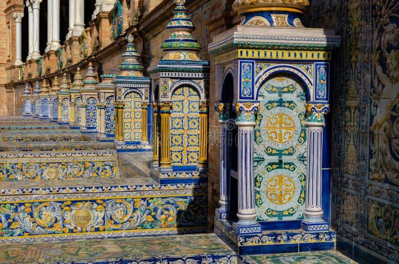 Конец-вверх архитектурноакустических деталей площади de Espana, Севильи, Испании стоковое фото