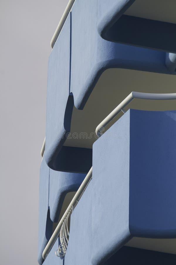 конец-вверх архитектуры здания балкона стоковые изображения rf