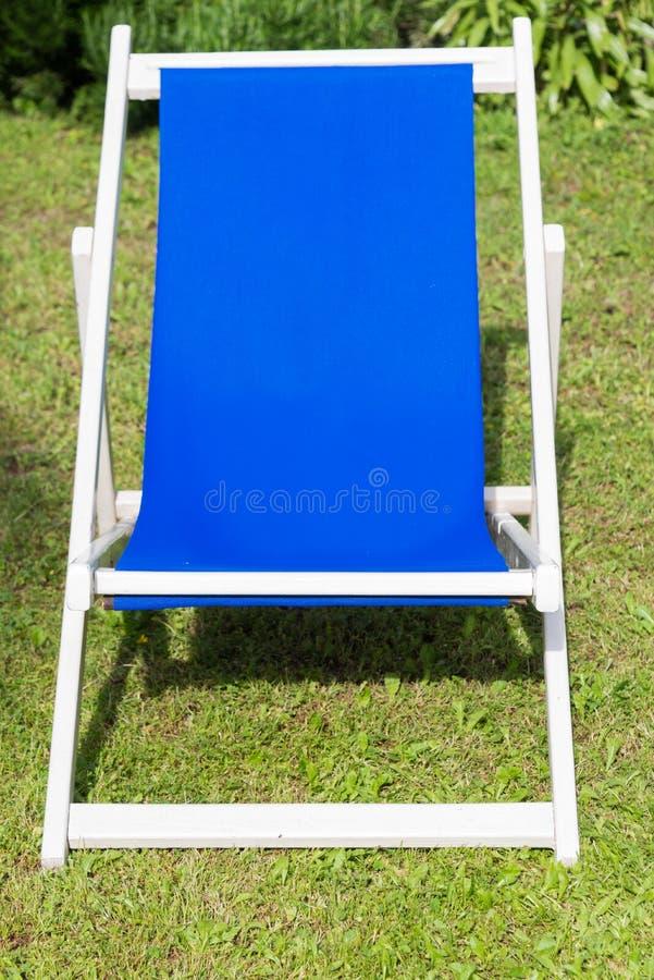 Конец-вверх белого и голубого deckchair стоковое изображение