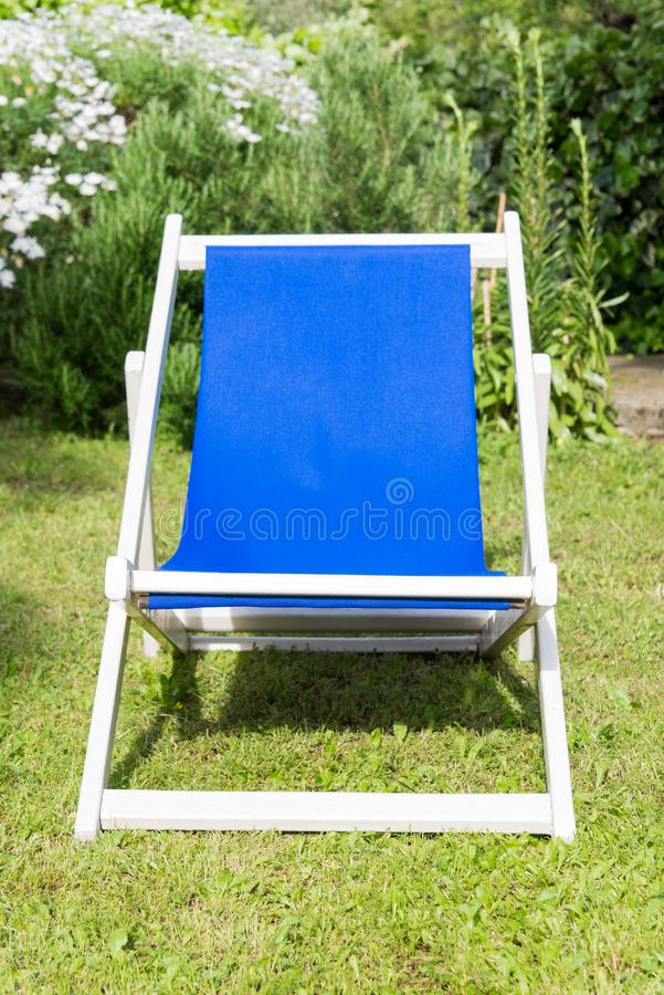 Конец-вверх белого и голубого deckchair стоковые фотографии rf