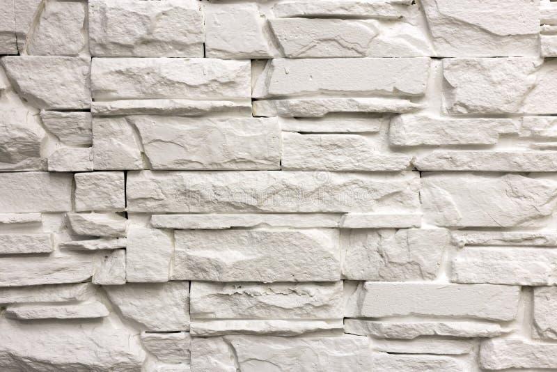 Конец-вверх белой твердой стены известняка или каменной загородки Абстрактные предпосылка, Bricklaying, конструкция и masonry кос стоковое фото rf