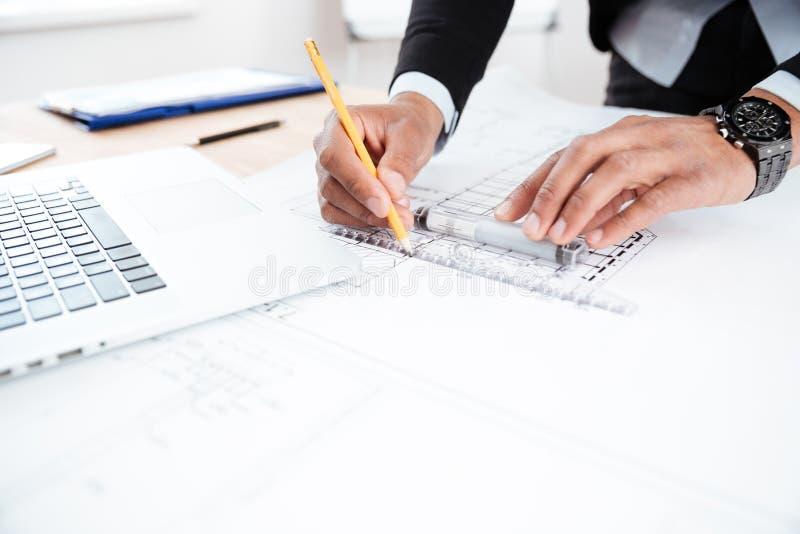 Конец-вверх бизнесмена вручает указывать ручка к диаграмме стоковые изображения