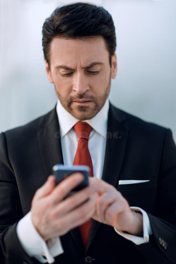 конец вверх Бизнесмен держа Smartphone стоковое фото rf