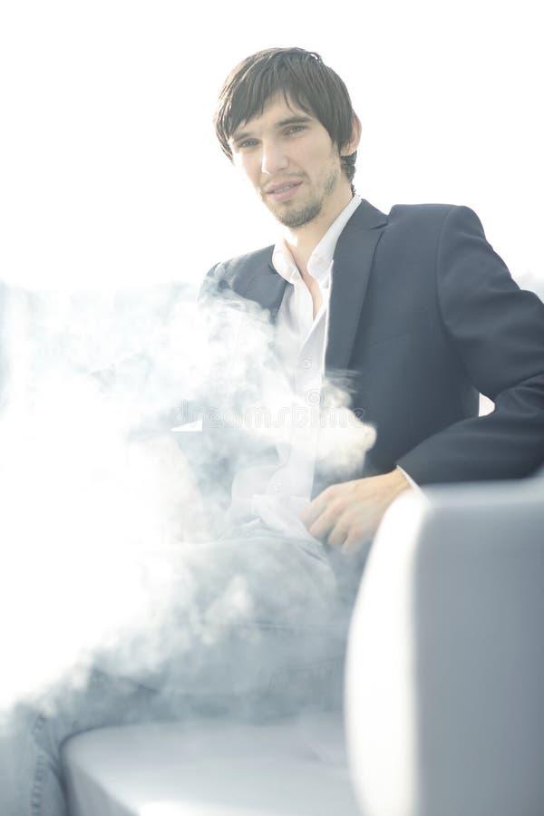 конец вверх бизнесмен с сигаретой во время перерыва на чашку кофе стоковые фотографии rf