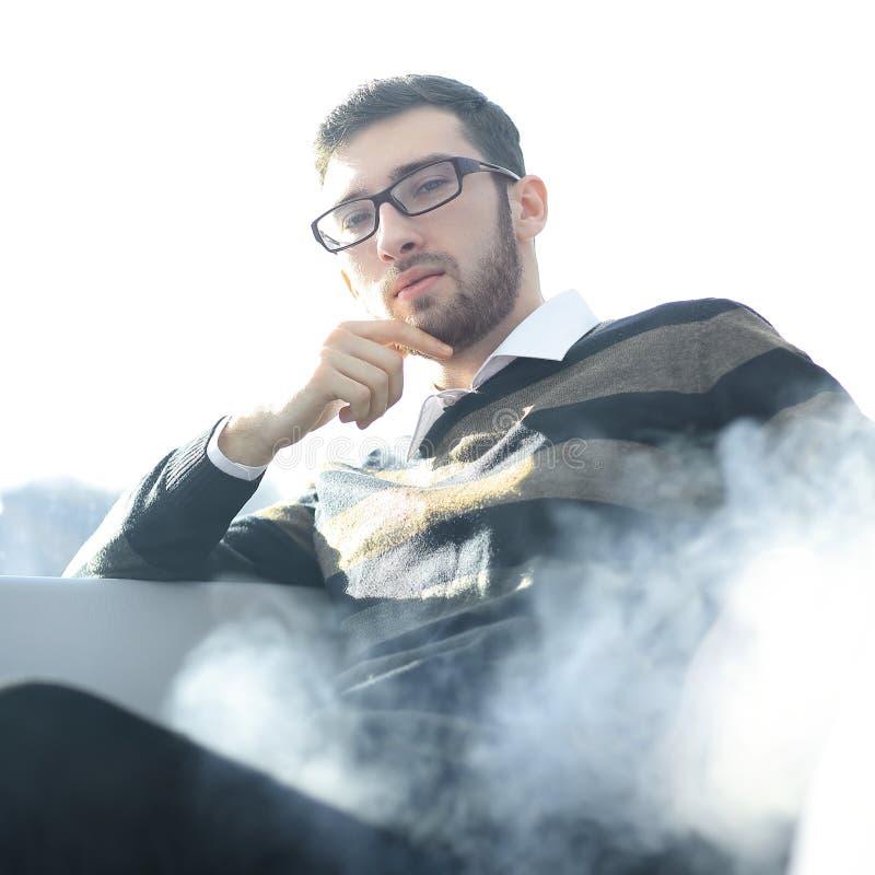 конец вверх бизнесмен с сигаретой во время перерыва на чашку кофе стоковая фотография