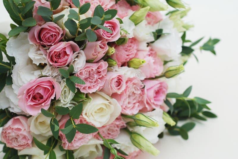Конец-вверх букета свеже пинка и белизны отрезал красивые розы сада Букет невесты или свадьбы стоковое фото