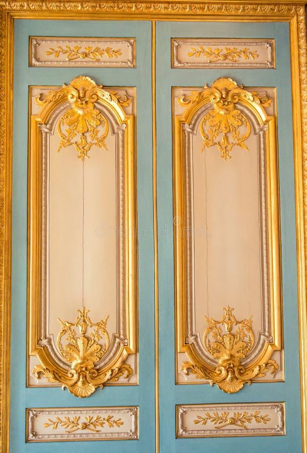 Конец-вверх дверей Лувра стоковые изображения rf