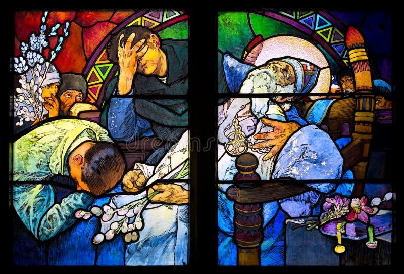Конец-вверх витража Nouveau искусства Alfons Mucha, собором St Vitus, Прагой стоковые фотографии rf