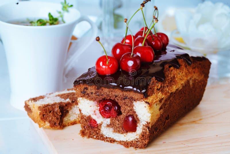 Конец-вверх вишни шоколада еды торта сливы все еще стоковое фото rf