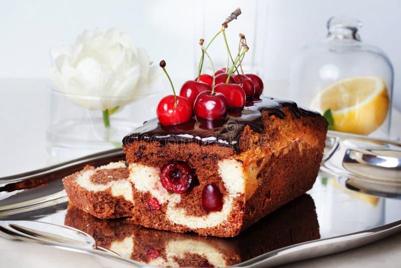Конец-вверх вишни шоколада еды торта сливы все еще стоковое фото