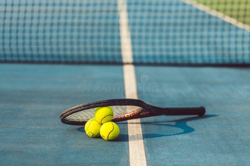 конец-вверх Высоко-угла 3 теннисных мячей на профессиональном шкафе стоковое фото rf