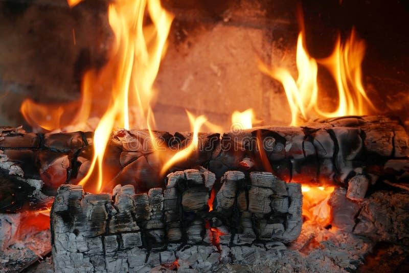 Конец-вверх гореть вносит дальше камин в журнал стоковое фото
