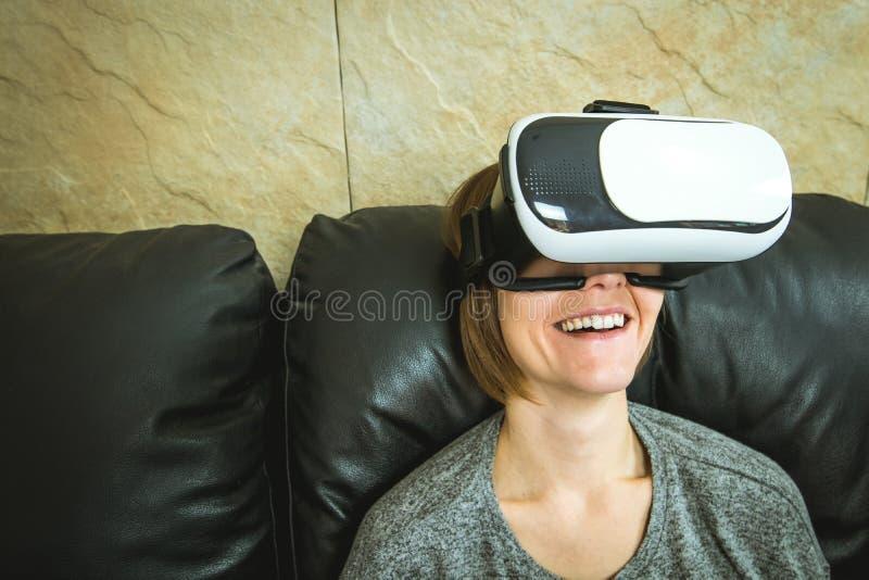 Конец-вверх девушки усмехаясь со стеклами Vr Технология стекел виртуальной реальности стоковые изображения rf